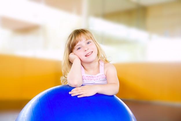 Criança menina com bola de ginástica aeróbica