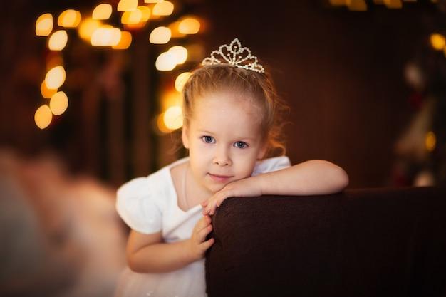 Criança menina conceito infância ano novo, bokeh