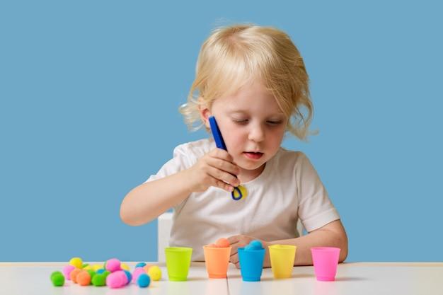 Criança menina de anos brinca com brinquedo classificador educacional interno