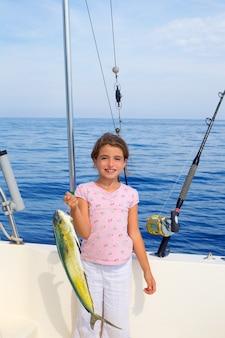 Criança menina pesca em barco com mahi mahi dorado peixe pegar