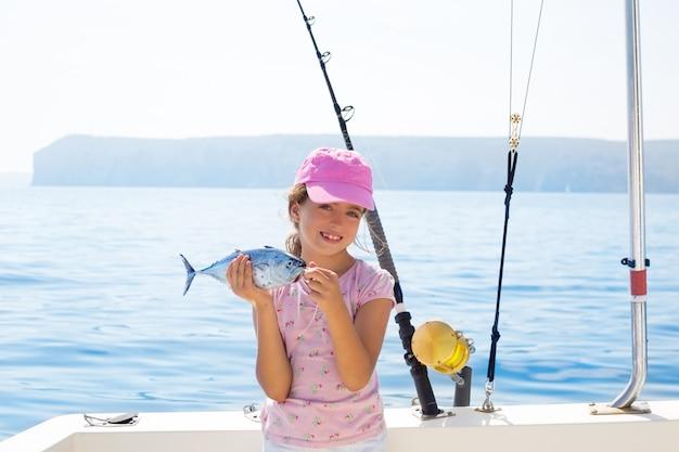 Criança menina pescando no barco