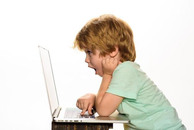 Criança menino usando laptop é educação menino com laptop computador escola primária bonitinho