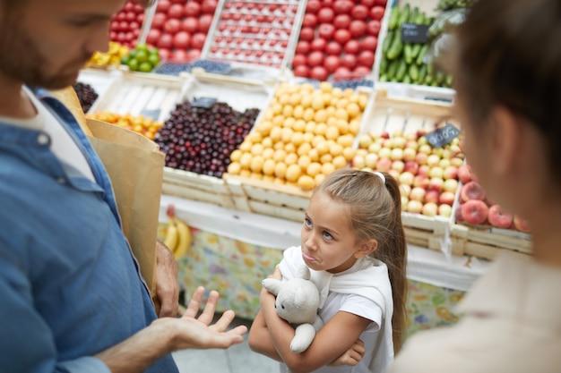Criança mimada no supermercado
