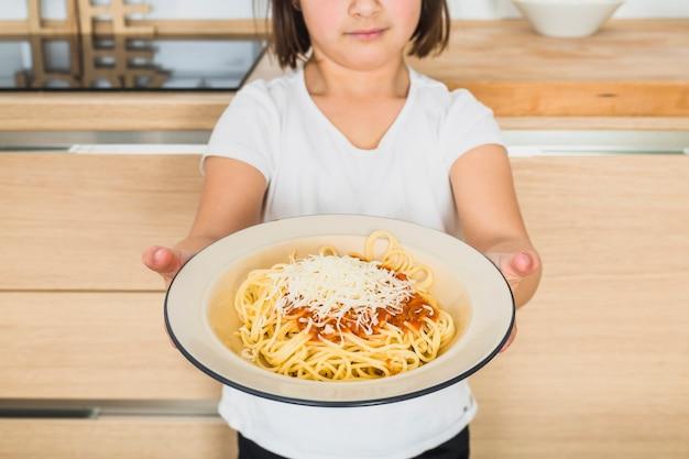 Criança, mostrando, prato, com, macarronada
