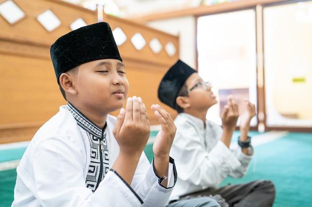 Criança muçulmana orando a deus