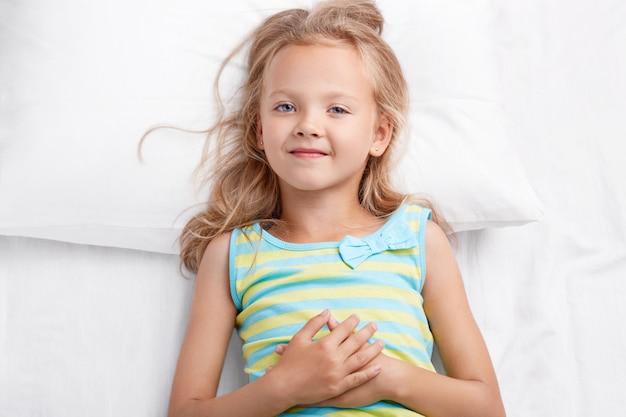 Criança muito pequena tem uma aparência agradável