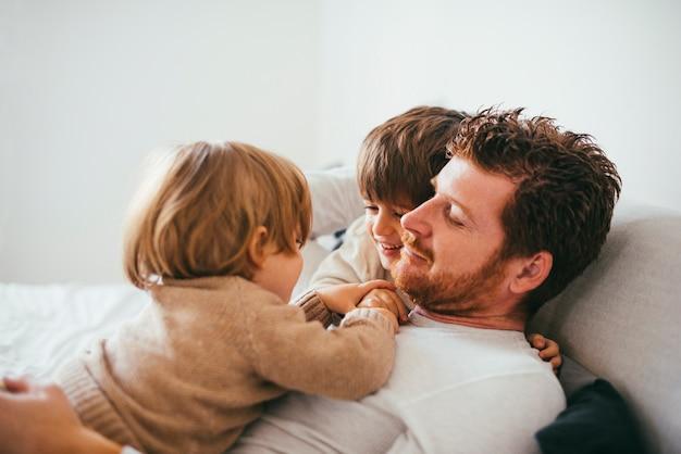 Criança na barriga do pai em casa