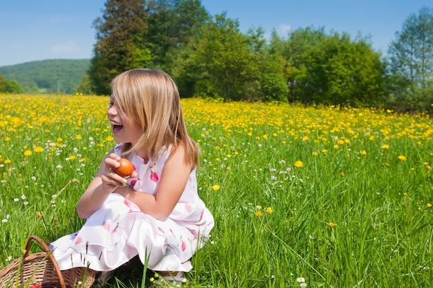 Criança na caça aos ovos de páscoa