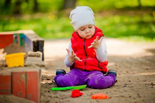 Criança na caixa de areia