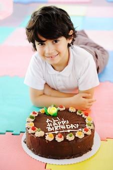 Criança na festa de aniversário no parque infantil