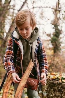 Criança na natureza curtindo uma viagem de aventura