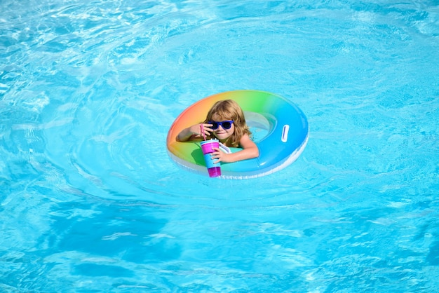 Criança na piscina. crianças na praia divertida.