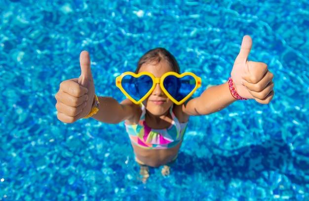 Criança na piscina de óculos grandes. foco seletivo. criança.