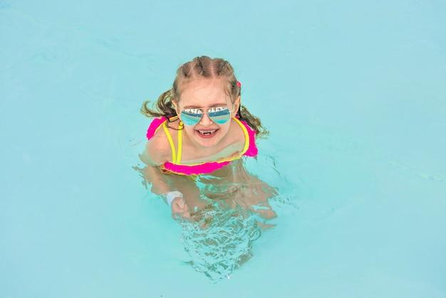 Criança na piscina