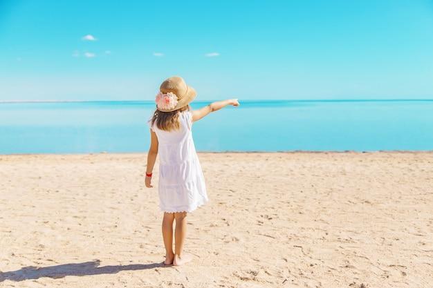 Criança na praia. beira mar. foco seletivo.