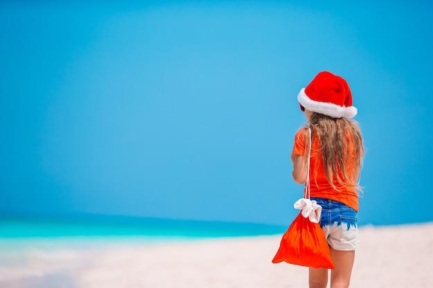 Criança na praia nas férias de natal