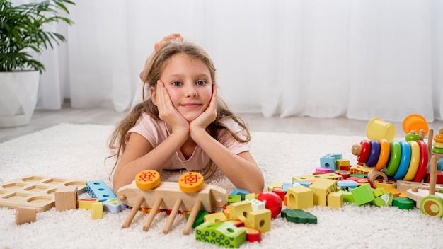 Criança não binária se divertindo