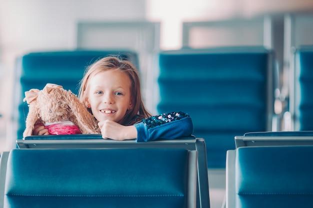 Criança no aeroporto à espera de embarque