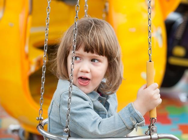 Criança no balanço da corrente