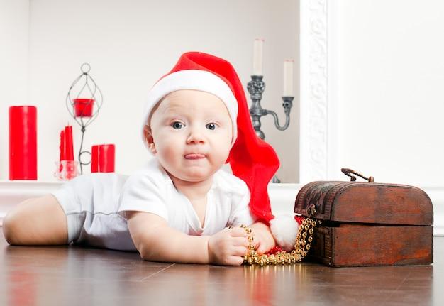 Criança no boné de natal