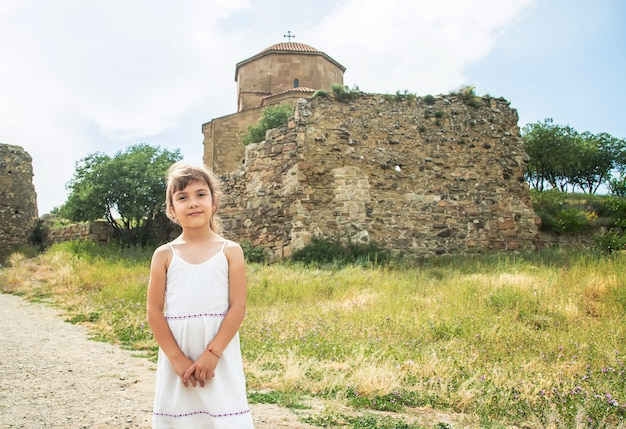 Criança no fundo dos pontos turísticos da geórgia