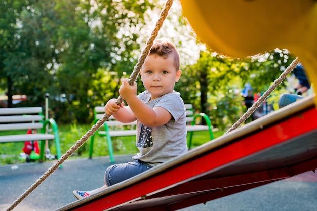 Criança no parque infantil