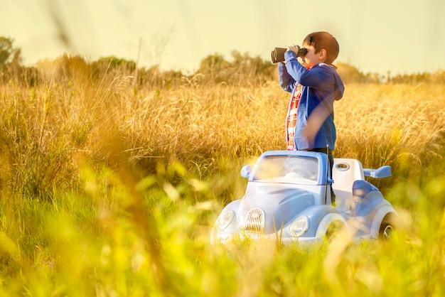 Criança olha através de binóculos em uma jornada de exploração