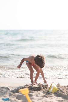 Criança, olhando baixo, por, a, litoral