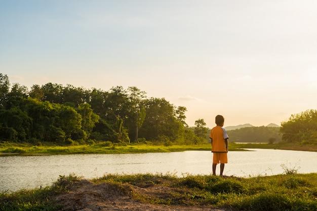 Criança, olhar, em, a, rio, em, luz solar