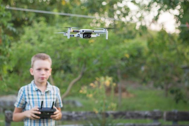 Criança operando drone com um controle remoto