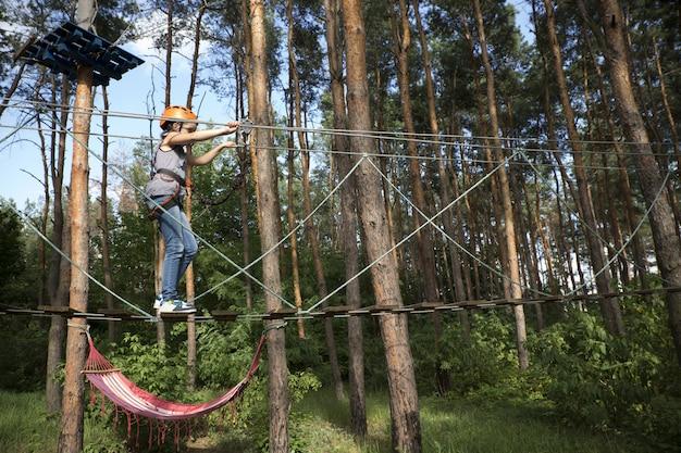 Criança passa por uma seção do parque de cordas