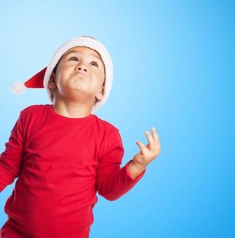 Criança pensativa com fundo azul