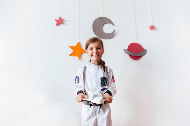 Criança pequena alegre se tornou um astronauta