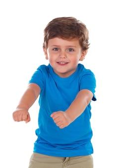 Criança pequena ativa com t-shirt azul