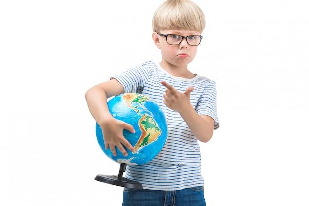 Criança pequena bonito isolada no fundo branco, segurando o globo. geografia de estudo de estudante. viagem de garoto bonito. férias em família com crianças
