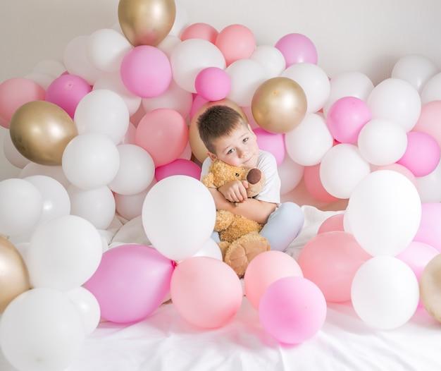 Criança pequena com balões de festa, comemoração