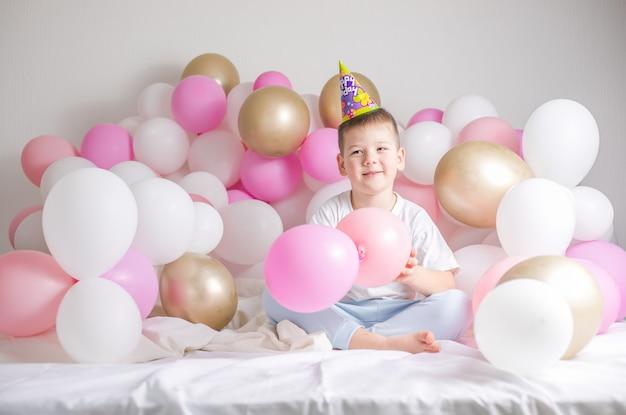 Criança pequena com balões de festa