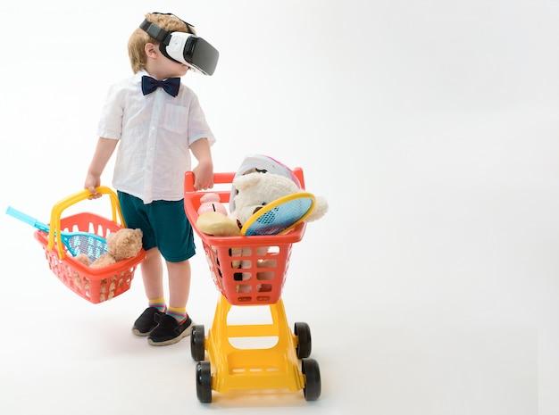 Criança pequena com carrinho de compras e cesta em óculos de realidade virtual tecnologia moderna espaço de cópia