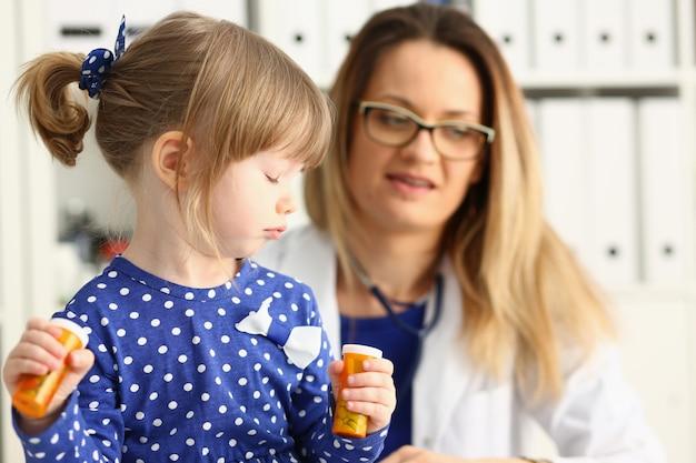 Criança pequena com mãe na recepção do pediatra