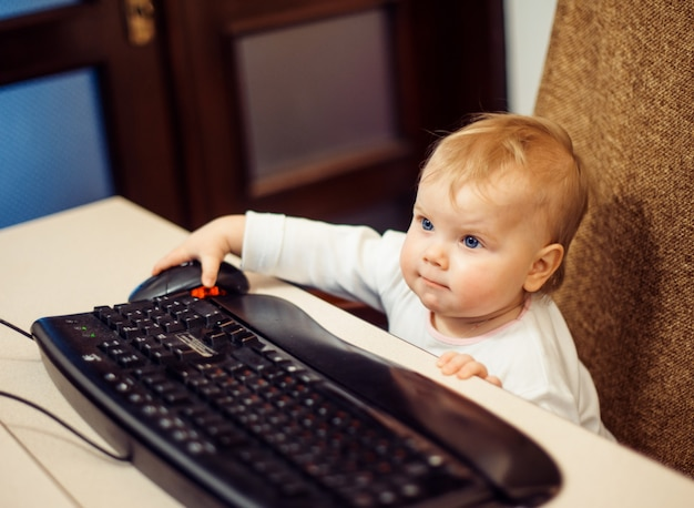 Criança pequena com teclado