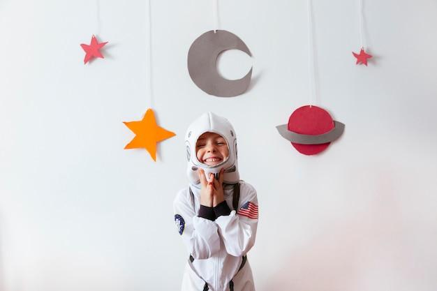 Criança pequena como astronauta da ciência criativa