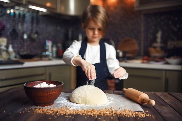 Criança pequena cozinhar massa