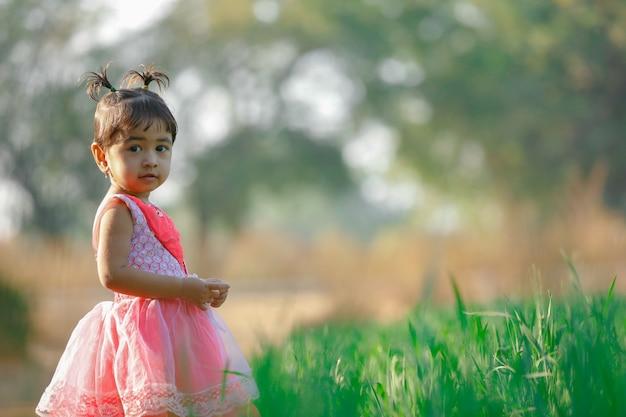 Criança pequena da menina indiana que joga