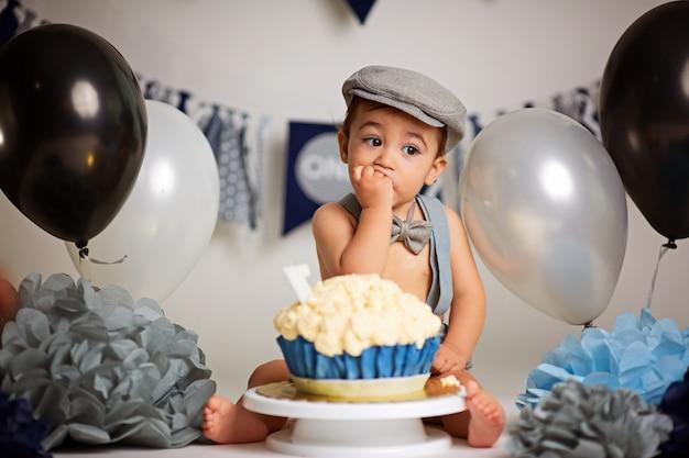 Criança pequena em uma festa de aniversário