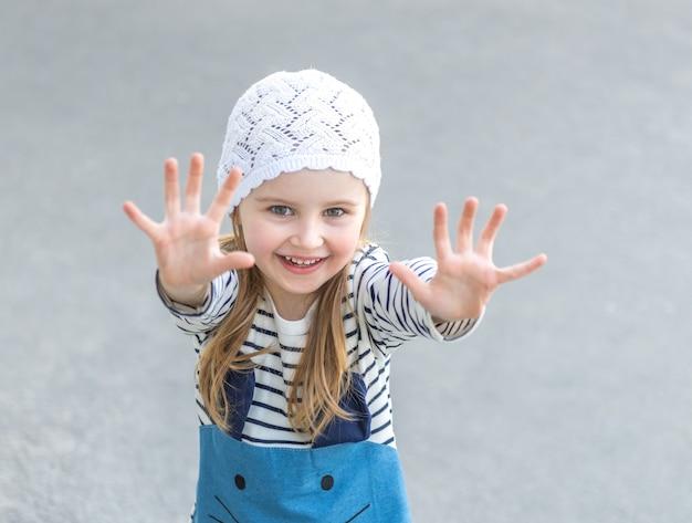 Criança pequena, estendendo as mãos