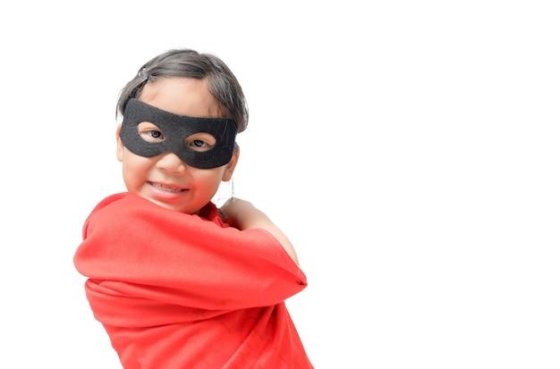 Criança pequena joga super-herói isolado
