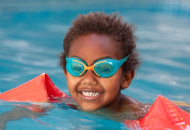 Criança pequena na piscina