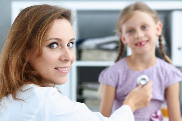 Criança pequena na recepção do pediatra