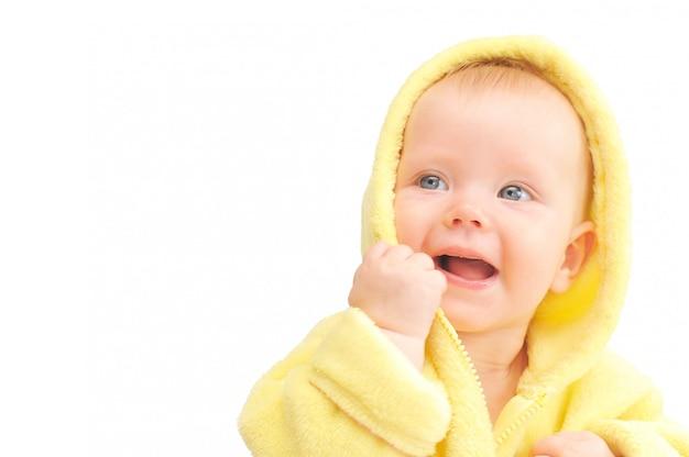 Criança pequena no capuz amarelo