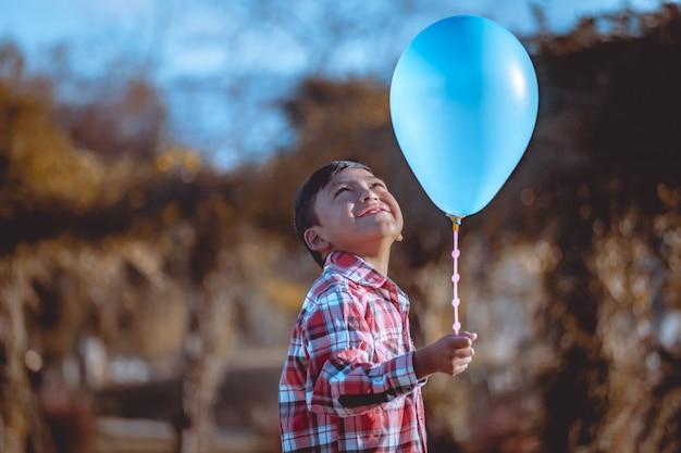 Criança pequena, segurando, um, ballon